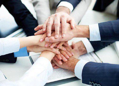 manos juntas demostrando trabajo en equipo