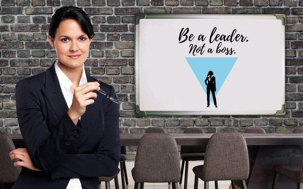 Mujer con saco negro con una posición de liderazgo