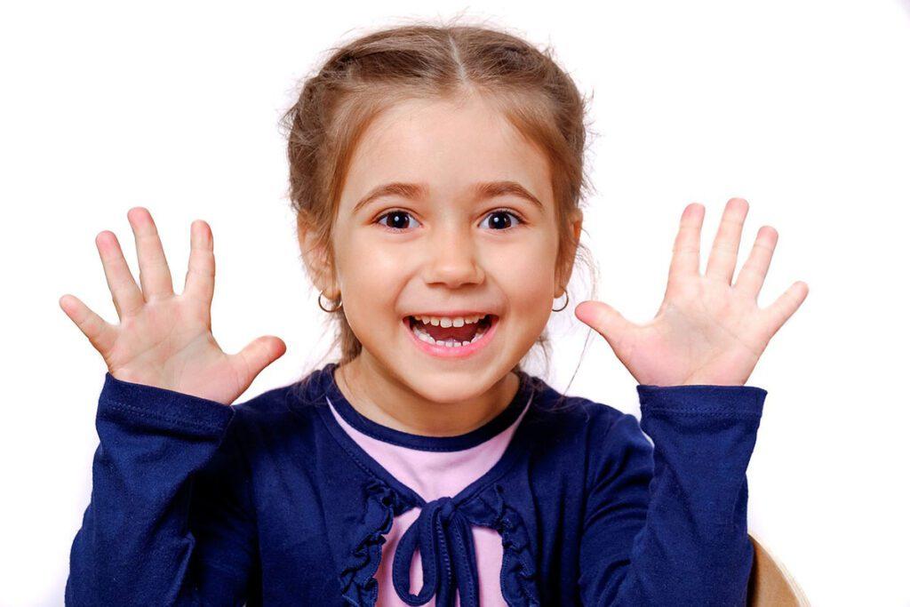 niña de 4 años feliz pasado una de las etapas de desarrollo sana